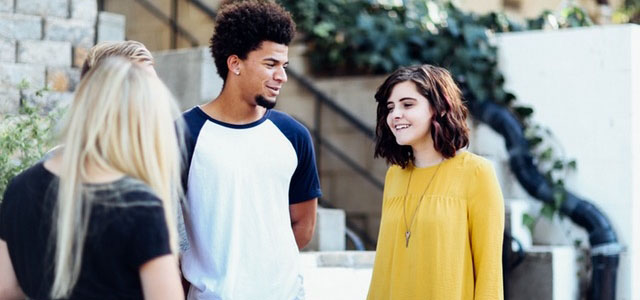 Un groupe de jeunes gens discute de leur avenir.